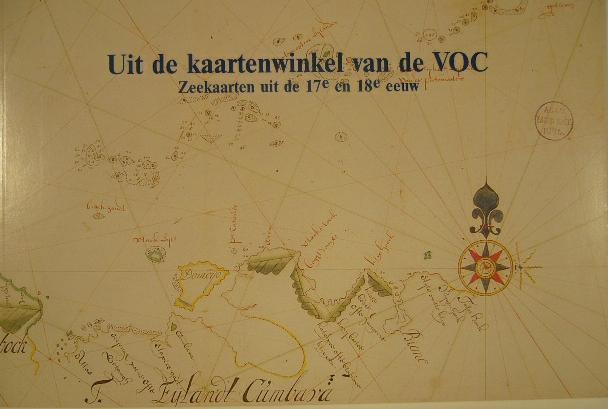 VRIES, DIRK DE. - Uit de kaartenwinkel van de VOC. Catalogus van zeekaarten van de Verenigde Oostindische Compagnie in de collectie Bodel Nijenhuis.